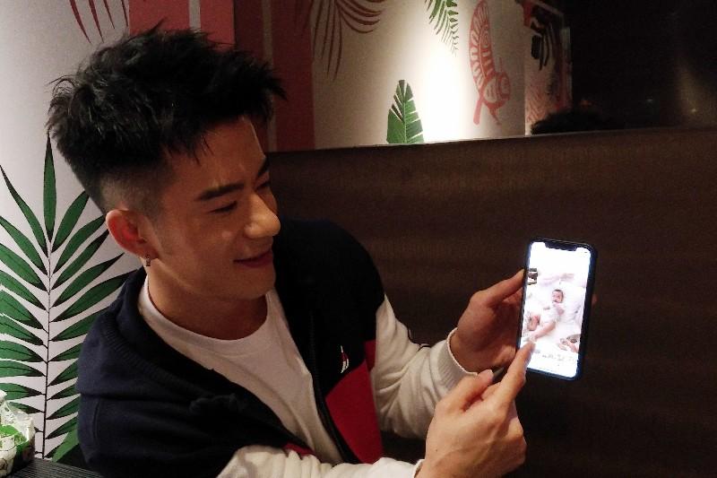 JR紀言愷變身女兒控向媒體展示照片,眼神充滿父愛。