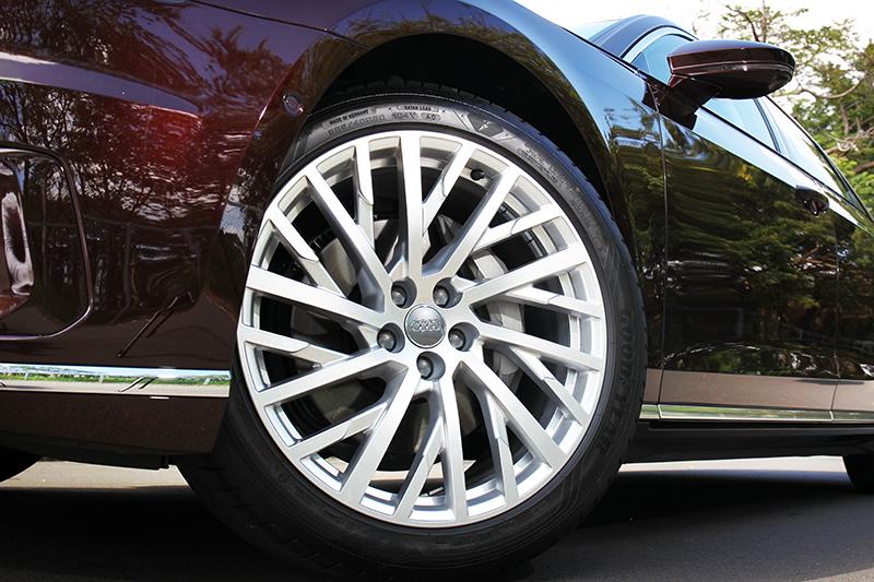 原本輪圈為18吋,試駕車型則額外選配20吋鍛造輪圈。