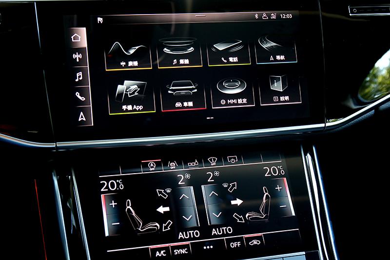 雙層中控螢幕提供豐富功能且直覺操作感受。