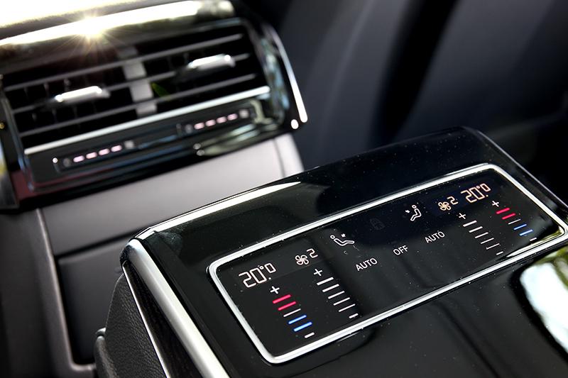 後座空調控制板也採觸控設計。