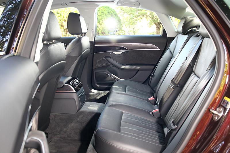 雖沒有後座舒適套件,但2,998軸距仍創造非常舒適寬敞的空間。