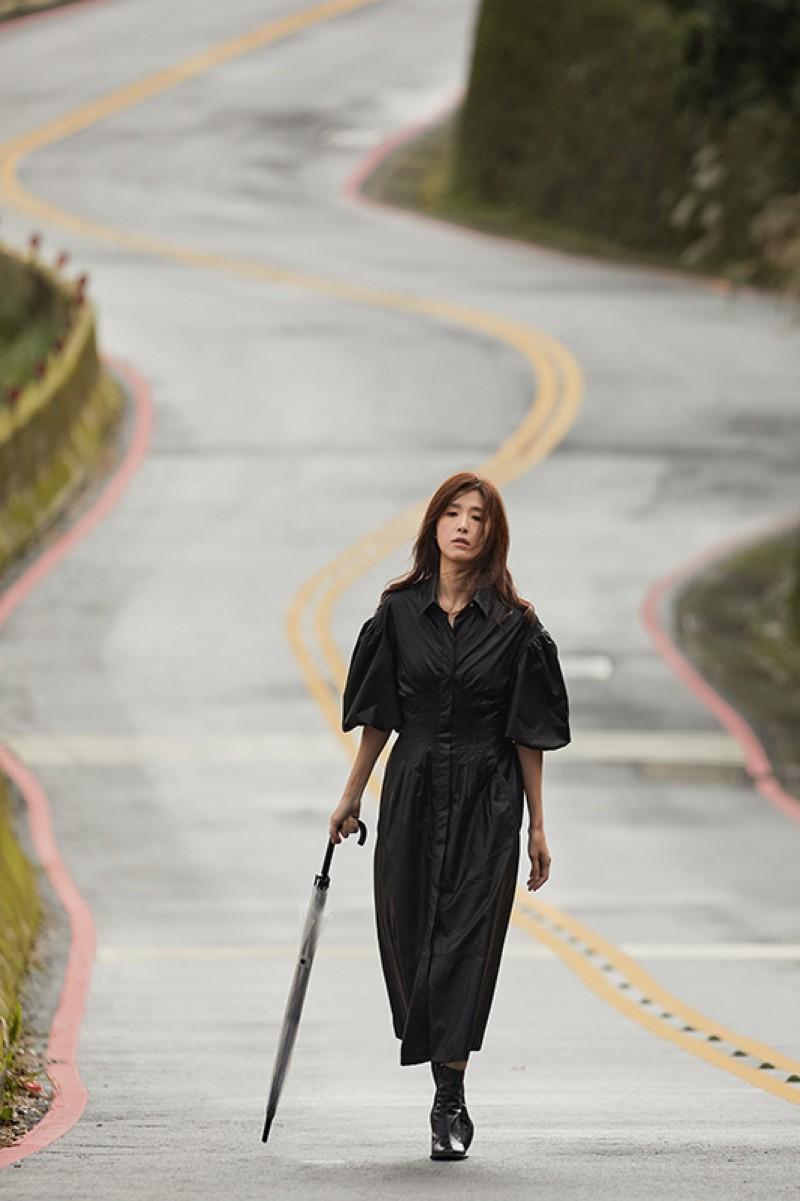 導演將鏡頭拉向陽明山上荒涼的公路