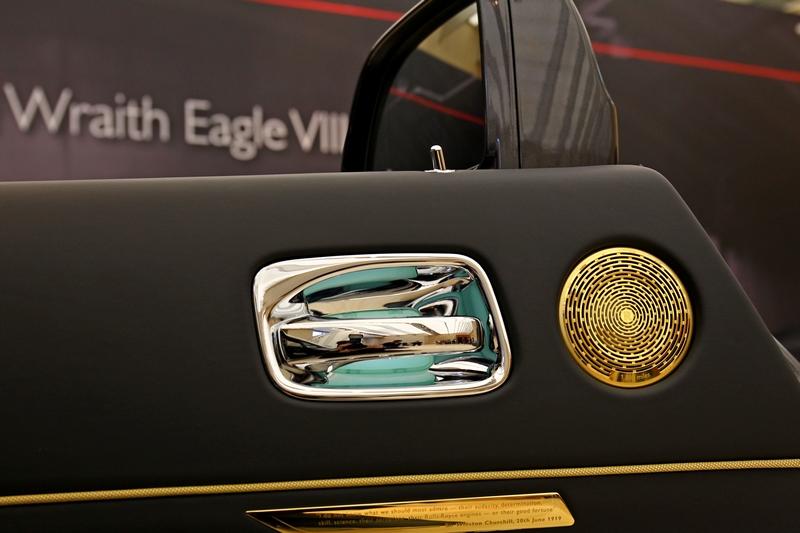駕駛座門板上更鑲嵌了一塊銘牌上面刻著當時英國首相邱吉爾對於這項壯舉的評語: 「我不知道我們最應該佩服的是他們的膽識,決心,技能,科學,他們的飛機,勞斯萊斯引擎或是他們的好運氣。」