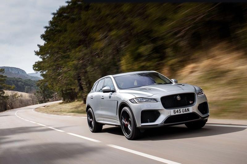 Jaguar F-Pace SVR搭載5.0升V8機械增壓引擎有550hp/69.3kgm性能。