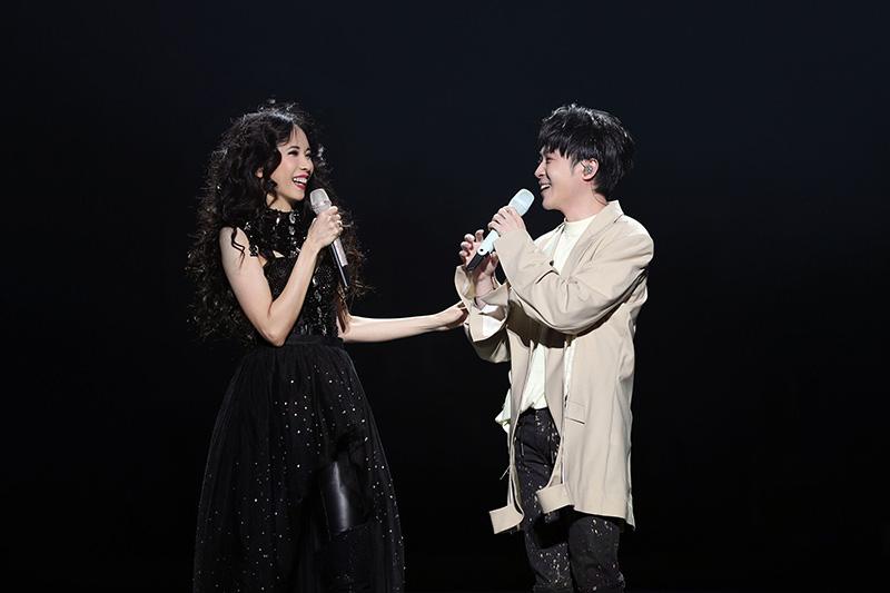 第一晚嘉賓吳青峰(右)