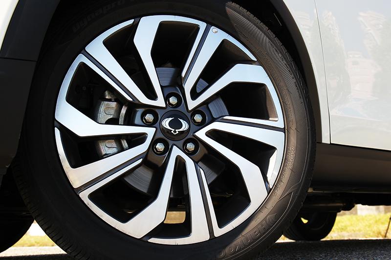輪圈仍同為18吋規格,但在造型上卻做了更改。