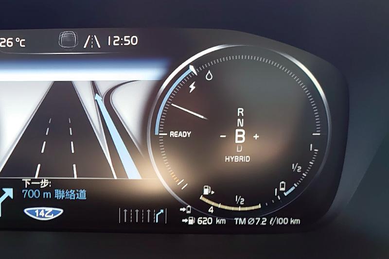 在Hybrid與Eco模式下,轉速錶會由油電錶所取代,可以藉由其中的指針與符號來判斷引擎是否有介入,若指針仍是在閃電符號所指示的範圍內,就是以電動馬達驅動,只要後面的水滴符號亮起就是引擎已經啟動。