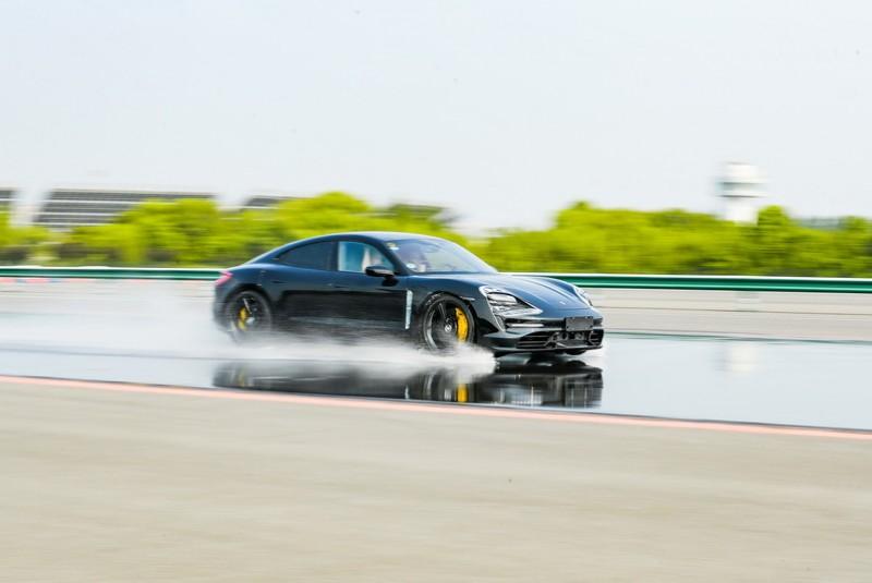 倍耐力運用感知器與5G來告知後方車輛前方路況。
