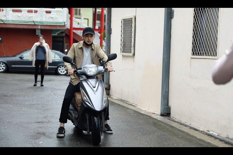 騎車需帶安全帽(戲劇效果,請勿模仿)