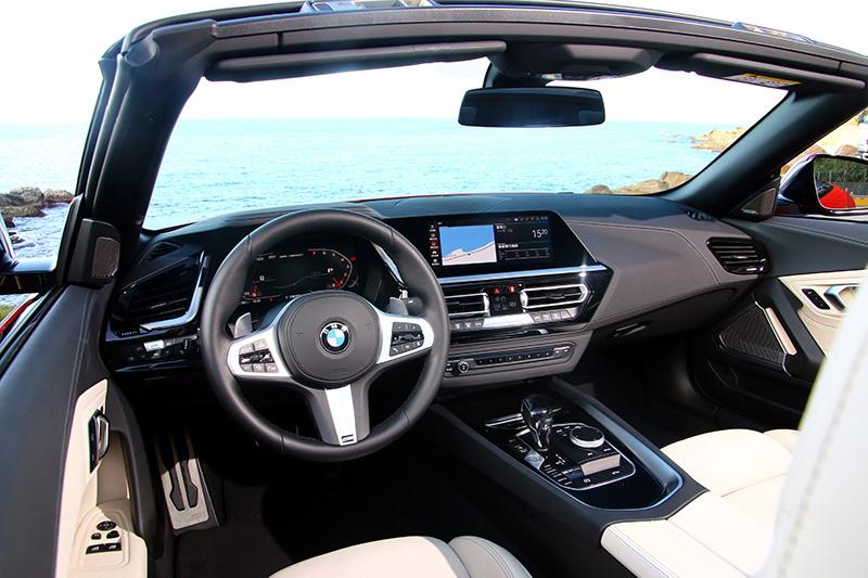 Z4的座艙設計也延續BMW當前的簡潔家族風格,沒有繁複線條,並以10.25吋的數位儀錶板與10.25吋的中央顯示幕為主軸,跟上現今的數位化風潮。