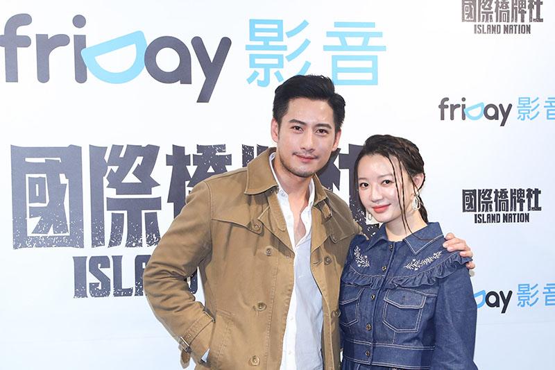周孝安(左)與李杏在《國際橋牌社》有床戲。