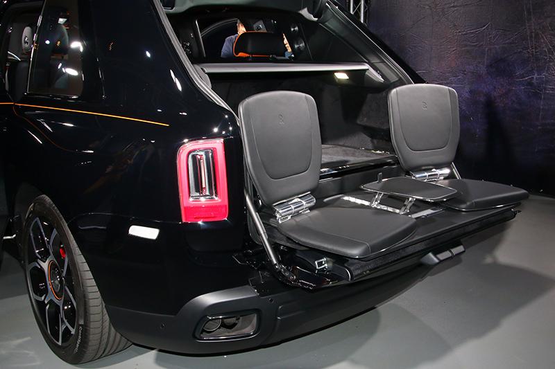 總代理引進的展示車亦選配了獨特的電動景觀座椅套件。