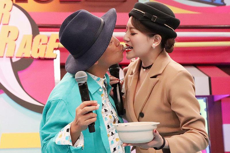 李妍璟(右)獻上四神湯一碗,與憲哥上演嘴對嘴餵食秀。