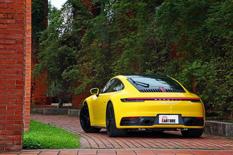 要辨別新世代911的車型除了車尾銘牌外,幾乎難以分辨。
