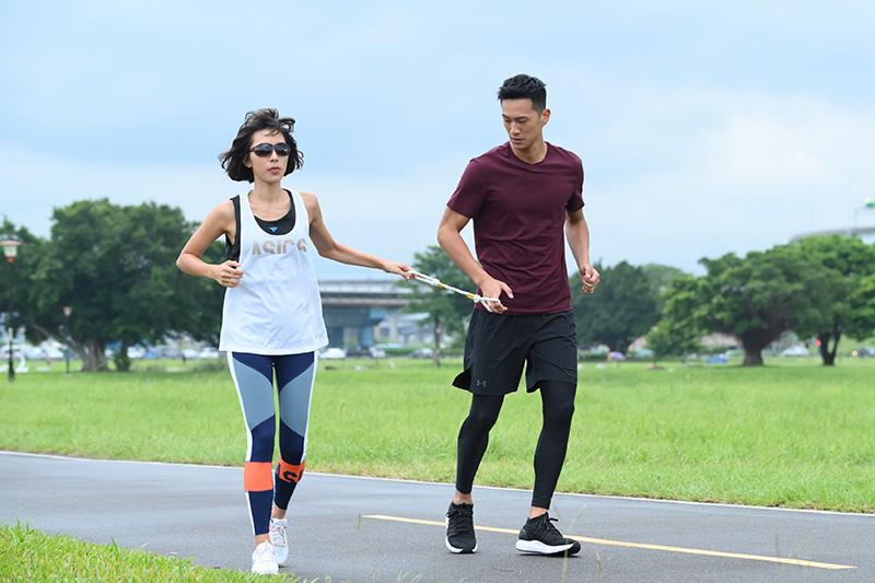 Lexus微電影《40公分》_男主角鐘承翰扮演陪跑員,以最溫暖的陪跑繩牽繫飾演視障者的女主角林辰唏勇敢奔跑。