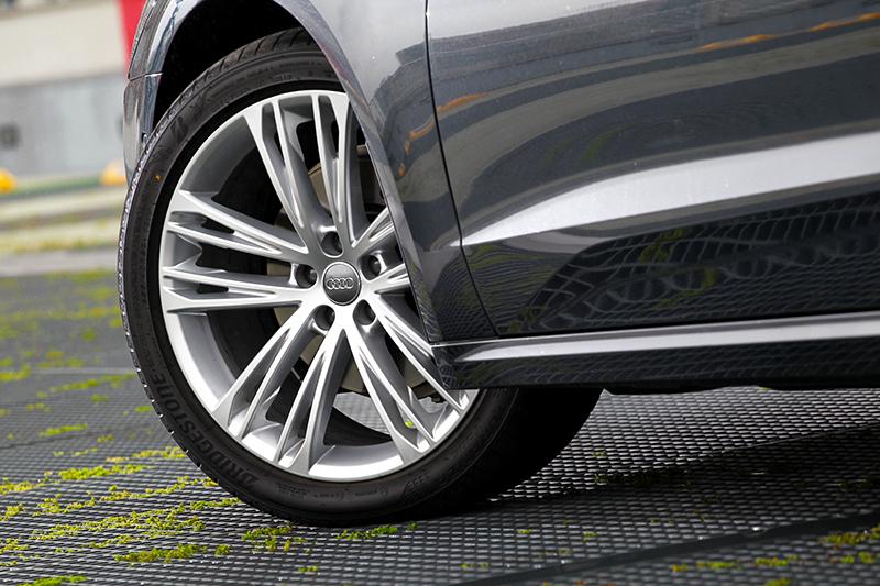 試駕車型選配20吋輪圈。