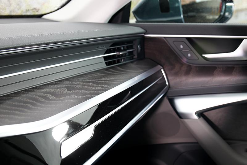 木紋與麂皮飾板替座艙質感加分不少。