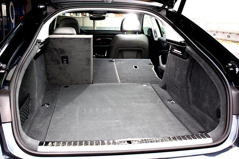 535公升置物空間加上斜背設計,在使用比房車來得更為便利。