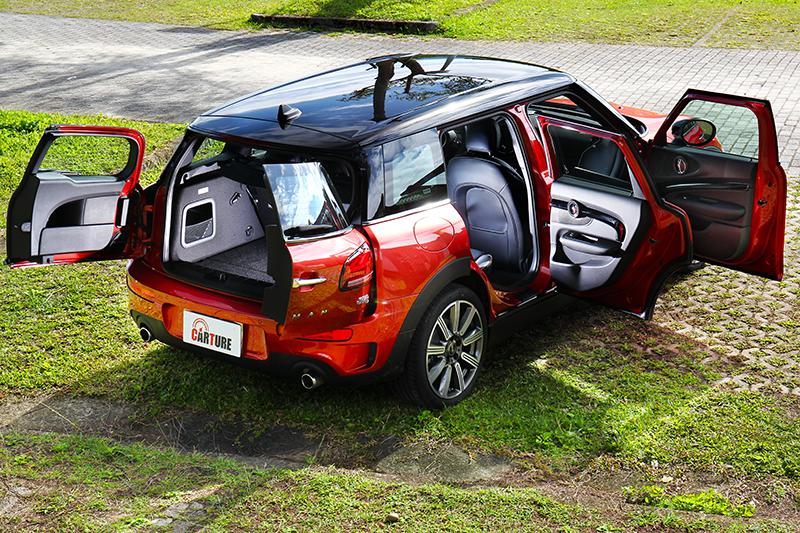 新世代Mini Clubman回歸傳統四車門設計,但尾門依舊維持獨特對開式。