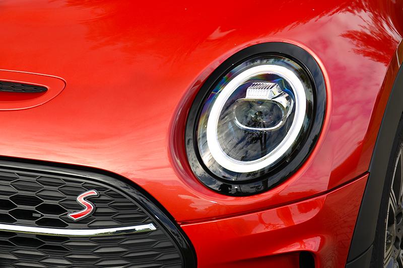 車頭透過新式圓形LED日行燈讓神韻變得更有神。