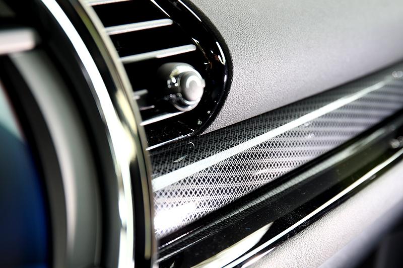 Piano Black飾板有提升車內質感功能。