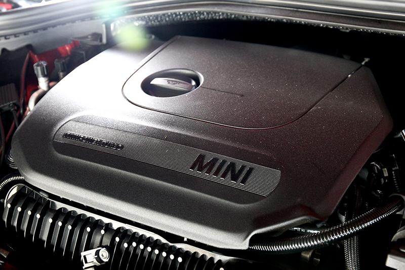 動力依舊是2.0升渦輪引擎192hp/28.6kgm的輸出。