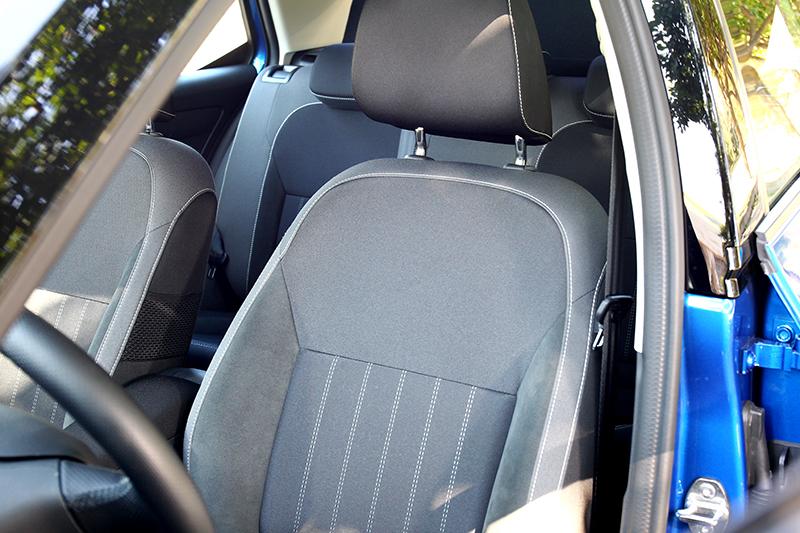 座椅改為麂皮與布面相間包覆。