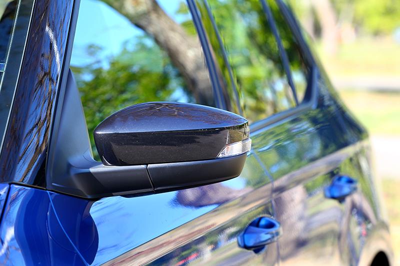試駕車型有選配雙色套件,後視鏡蓋便改以黑色塗裝。