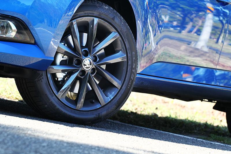 魅力版車型將輪圈提升至16吋,雙色套件則施以黑色讓視覺更搶眼。