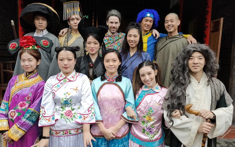 左起第一排小D、安娜、Fanny、Lara梁心頤、王大文,左第二排Vicky Sun、王若琳,左起第三排ECHO李昶俊、倪安東、白巧克力、Lalo、榮忠豪