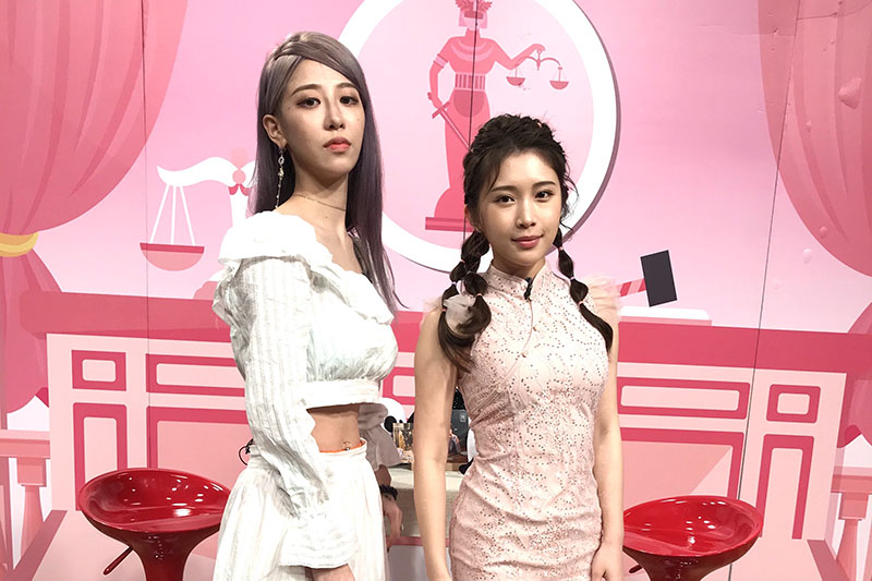 網紅美麗妄娜(左)應邀上雞排妹直播節目