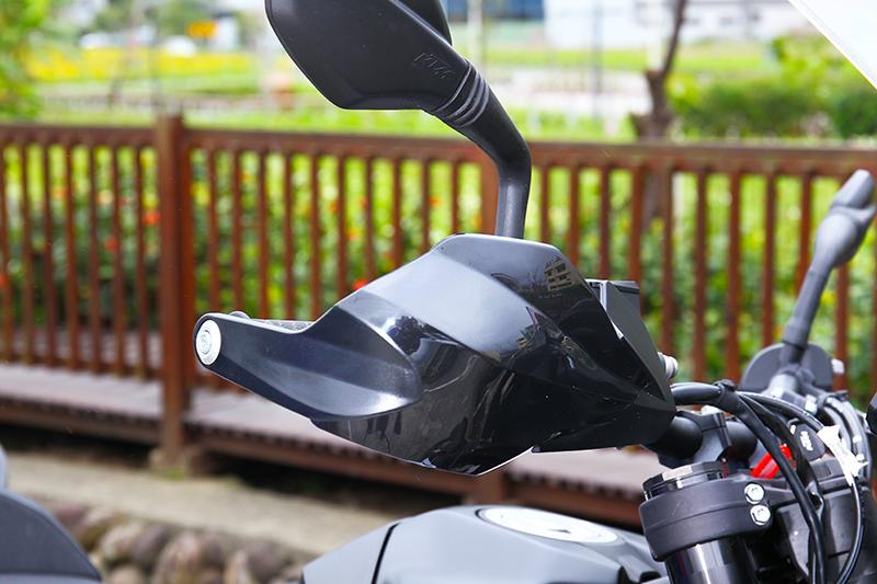 手把標配護弓,但搭配的寬把設計需注意路上滿街的休旅車後視鏡。