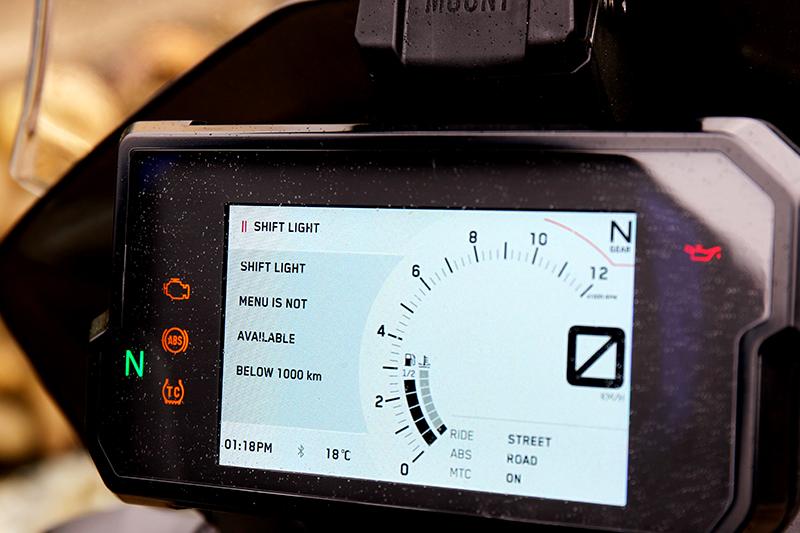 還在擔心如何訓車嗎?鎖定的超轉燈設定功能會適時提醒你該換檔了。
