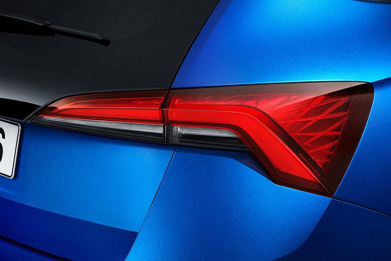 尾燈組同樣利用菱格內飾線條,打造猶如水晶般璀璨視覺印象。