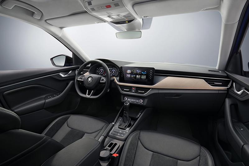 承襲自概念車Vision RS的座艙設計不僅簡潔洗鍊同時飽含溫潤意象,像是中控台與門板用料便大量選擇質地細膩的軟性材質。