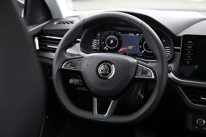 中控台上大型化觸控螢幕,具備Apple CarPlay與Android Auto無線連結功能。