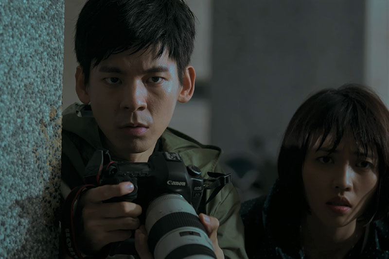 《鏡子森林》中飾演記者的林柏宏(左)、瑭霏(右)。/民視提供