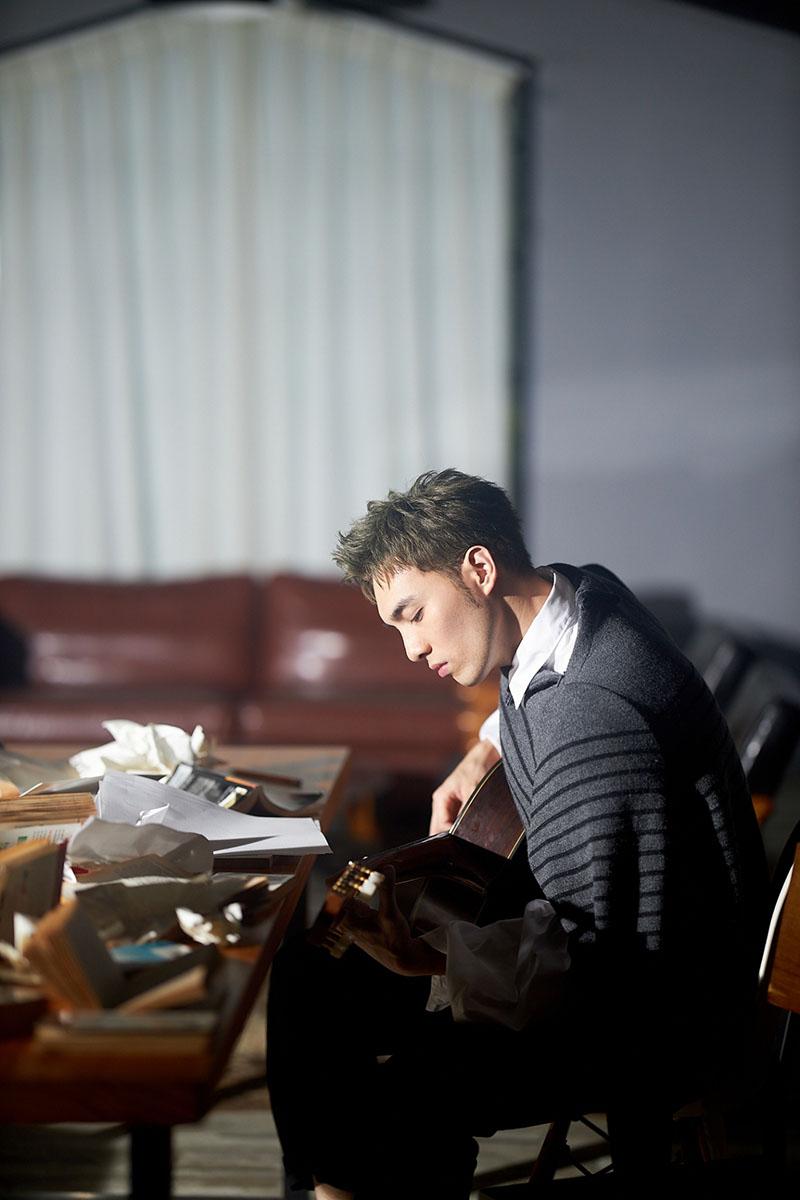 黃偉晉透露:「背光的那一面『陰暗面』反而會比較衝,反倒推著我去做很多決定。