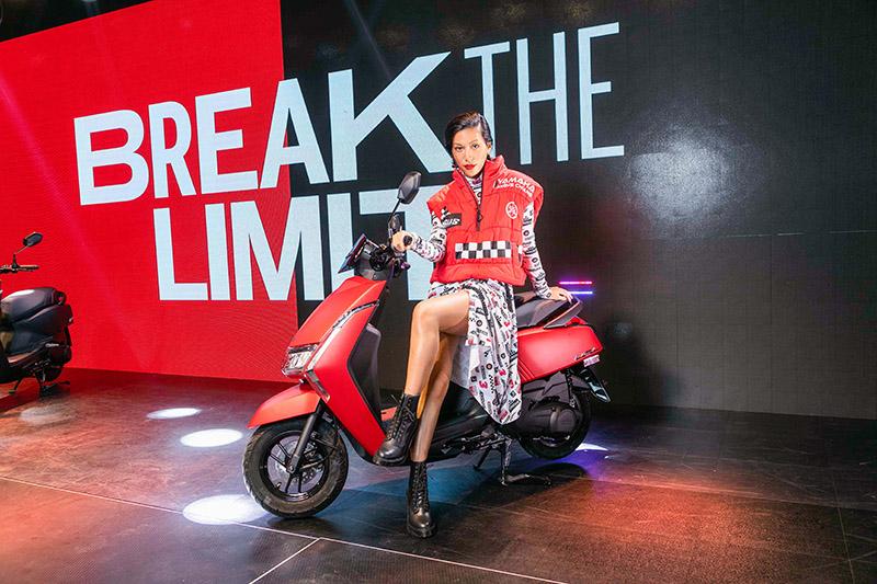 時尚個性女模Tequila與Limi全新車款合影。