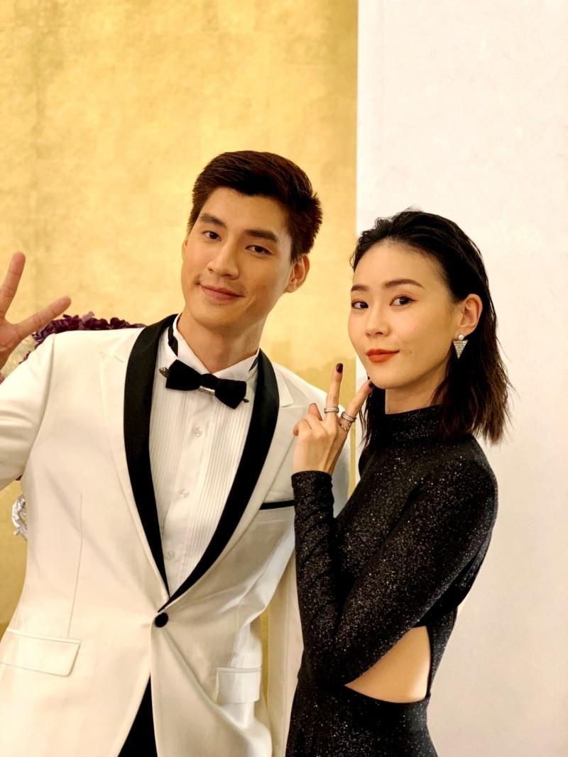 鍾瑶提前想給羅宏正一個情人節驚喜,在片場趁羅宏正不注意時,悄悄從背後環抱他,並甜喊「情人節快樂」。