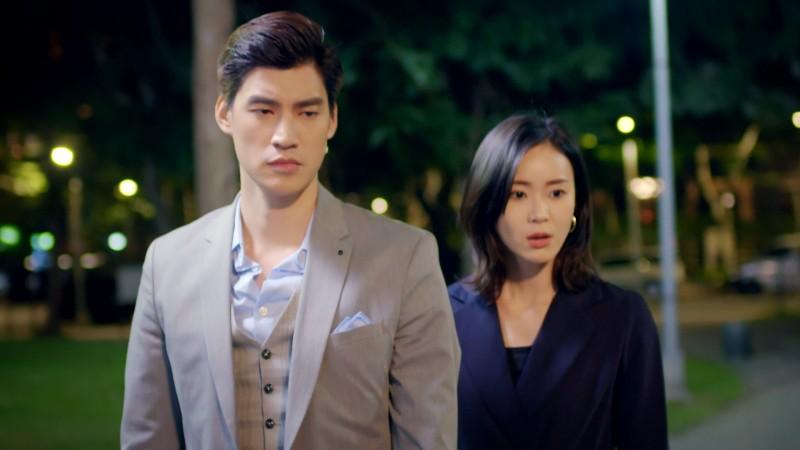 鍾瑶、羅宏正主演的偶像劇《跟鯊魚接吻》,飾演一對相互競爭又必須相互合作的冤家