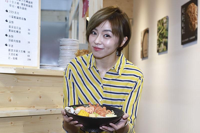 王瞳鍋燒麵店家擔任一日店長。