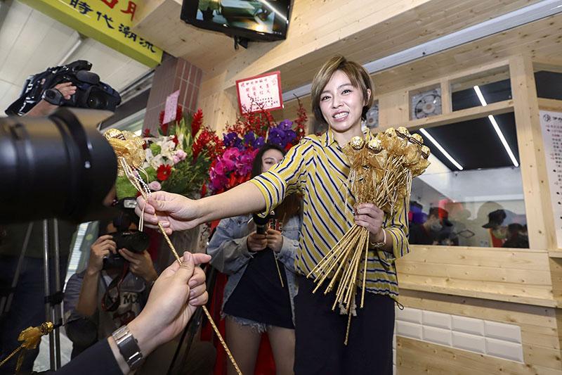 王瞳送情人節巧克力給到場記者。