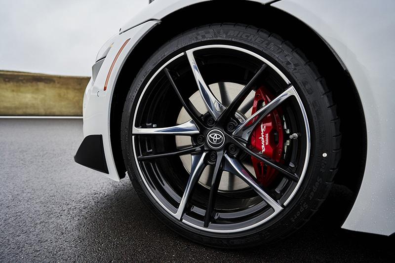 "2021 Supra 3.0 Premium和A91特式版,前Brembo®卡鉗皆改為紅色塗裝,並有"" TOYOTA Supra""字樣。"