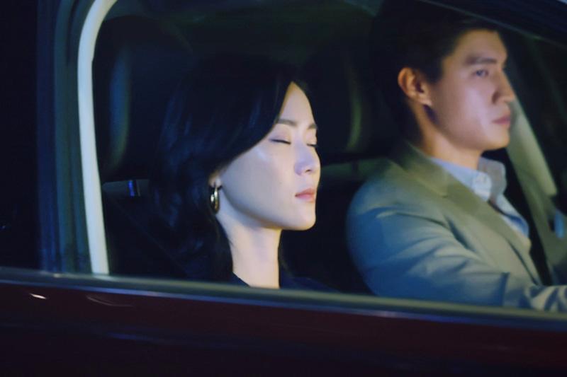 羅宏正戲中海邊浪漫駕車與鍾瑶看日出。