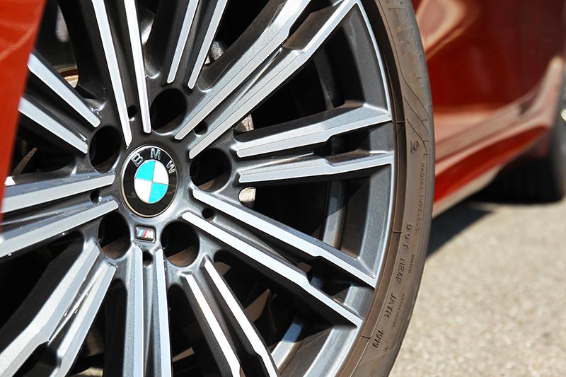 因配置M Sport套件所以輪圈也升級至18吋規格。