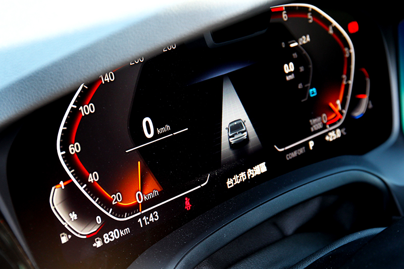 320i M Sport 沒因車型等級降級,同樣標配12.3吋數位儀表與10.25吋中控螢幕。