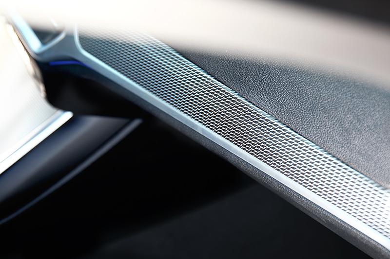 儀表平台也換上鋁質格紋飾板。