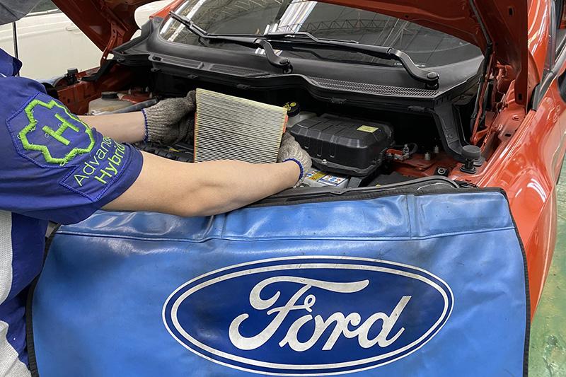 行駛1萬公里後的濾網吸附許多外界空氣的髒汙,須定期更換維持過濾效果。