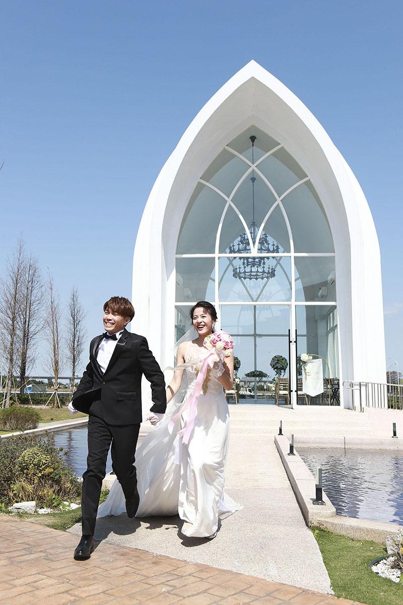 演員蘇晏霈(右)與許仁杰(左)為《多情城市》到桃園拍攝婚禮戲。
